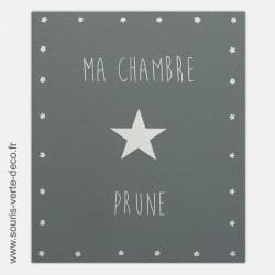 Plaque de porte grise et blanche avec prénom personnalisable